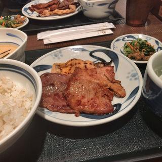 トリプルセット(豚ロース/豚旨辛焼/牛ロース/とろろ/麦飯)(ねぎし 秋葉原店 )