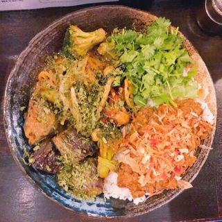 あいがけカレー(チキン、野菜、パクチー、納豆)(カレーノトリコ)