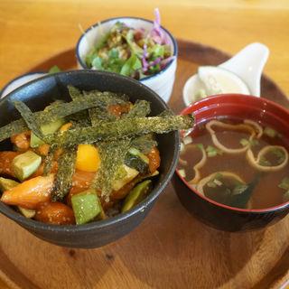 アボカドとサーモンのポキ丼(カフェ ダイニング MAKANA(マカナ))