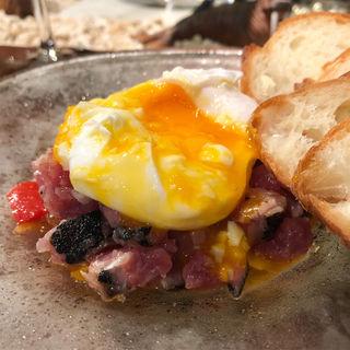 カツオのタルタルと半熟卵(バーマン)