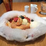 コットンキャンディーパンケーキ 4種のフルーツとアングレーズソース
