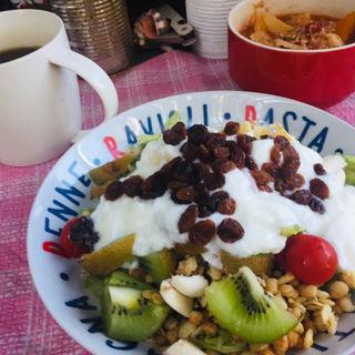キウイとバナナのグラノーラサラダヨーグルト和えとトマトミートボールスープ(BOXX Coffee & X-presso)
