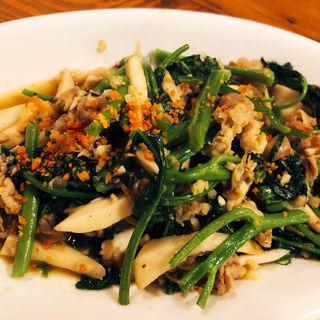 空芯菜とキノコの牛肉ニンニク炒め(でですけ サイゴンキッチン)