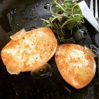 燻製スカモルツァの焼きチーズ ぶどうと共に(オ・ボルドー・フクオカ )