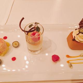 カラメルとチョコレートのムース パンナコッタと洋梨のスープ ラズベリーアイスクリーム(ザ・ロビー (The Peninsula Tokyo The Lobby))