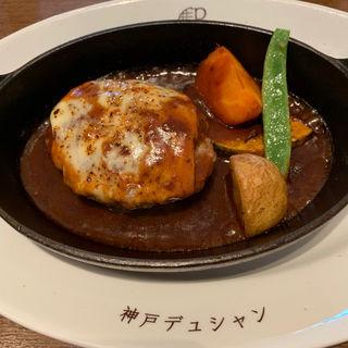 まろやかでコクのあるラクレットチーズの手ごねハンバーグステーキ(洋食屋 神戸デュシャン )
