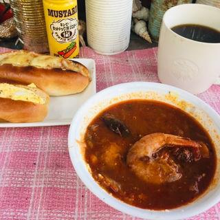 卵とチーズミートドッグにトマトシュリンプスープ 少し肌寒くなってきたから、やっぱり朝はスープがあったまる〜〜 (BOXX Coffee & X-presso)