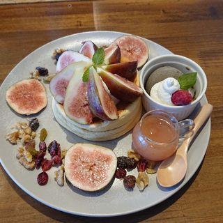 夏の終わりを彩るいちじくのフルフルパンケーキ セピア(CAFEKRUZE)