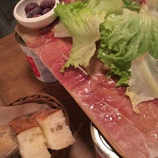 イタリア産&スペイン産 生ハムとサラミのてんこ盛りハーフ(ワインの酒場。Di PUNTO 心斎橋店)
