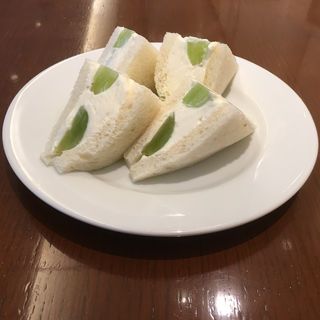 シャインマスカットフルーツサンドウイッチ(カフェ&バー ウミノ )
