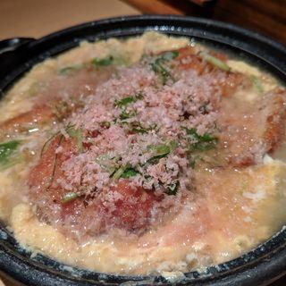 熟成肉のメンチカツ ニラ玉とじ(情熱江戸前酒場 とらえもん 神田駅前店)