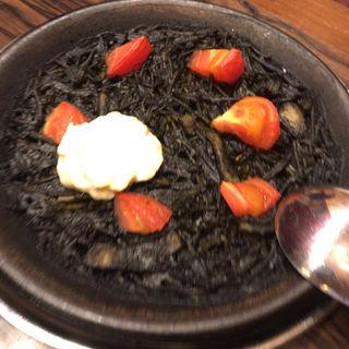 パスタのパエリア「フィデウア」スペイン産チョリソーと半熟卵添え(下町バル ながおか屋 )
