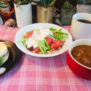 サラダチーズマフィンとグレープフルーツとバナナのグリーンサラダに野菜たっぷりシーフードスープ (BOXX Coffee & X-presso)