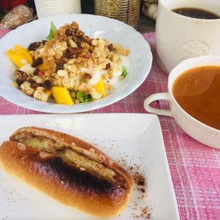 チーズタコミートドッグとバナナマンゴーグリーンサラダに五穀米ミネストローネ(BOXX Coffee & X-presso)