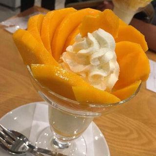 宮崎産の完熟マンゴーのパフェ
