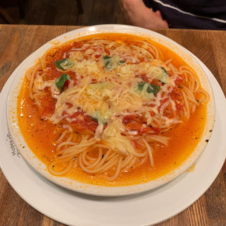 糸引きチーズとトマトのパスタ