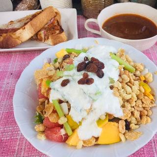 ミートビザトーストにグラノーラフルーツヨーグルトサラダと定番 ビーフベジタブルスープ(BOXX Coffee & X-presso)