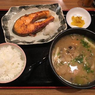 野菜たくさんの豚汁と銀鮭の塩焼き定食(武屋食堂 広瀬通り店 )