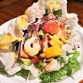 海老とアボカドのトロピカルサラダ(バリラックス ザ ガーデン 梅田 (BALILax Marubiru Garden Cafe))
