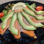 炙りサーモンとアボカドの冷製サラダ(UNIVERSAL CRAFT JAPAN)