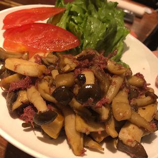 木の子とコンビーフのバター醤油炒め(居酒屋 なつみ)