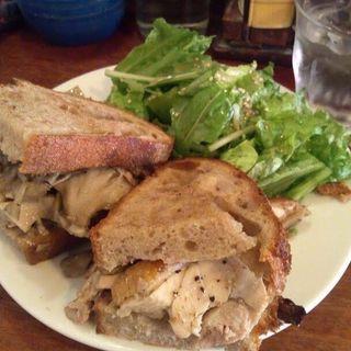 チキンとまいたけのサンドイッチ(パーラー江古田 (パーラーエコダ))