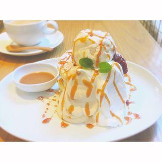ビターな『キャラメルクリームとバニラアイスのパンケーキ』(ウズナ オムオム (uzna omom))