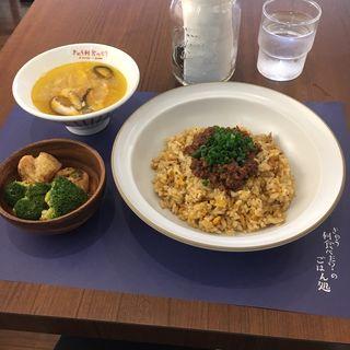 きのう何食べた?のごはん処  肉味噌あんかけチャーハン、酸辣湯、鶏肉とブロッコリーのオイスターソース炒め(THE GUEST cafe&diner)