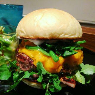 ハンバーガー(ホワイトバンズ+ビーフパティ+ベーコン+ほうれん草+玉ねぎ+クレソン+マッシュドパンプキン)(milia burger)