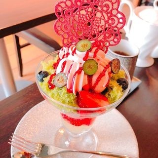 桜とイチゴのパフェ(デザートカフェ ハチドリ)