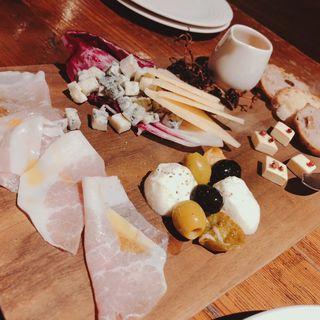 藤沢生ハムとチーズ・オリーブの盛り合わせ(MOKICHI TRATTORIA)