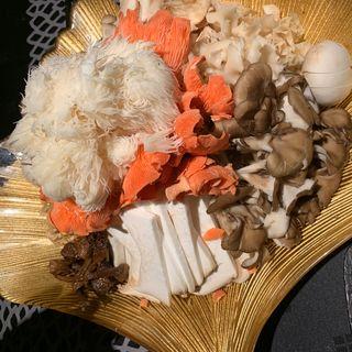 キノコ火鍋10種類盛り合わせ(御膳房ガーデン)