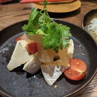 極上クラゲとチーズのカプレーゼ(チャイニーズビストロ802)
