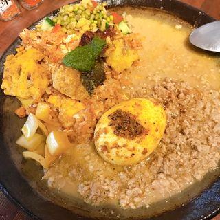 タラのスパイス竜田揚げグリーンソースがけスパイス炒飯と白ごま坦々チキンキーマ(あきらカレー)