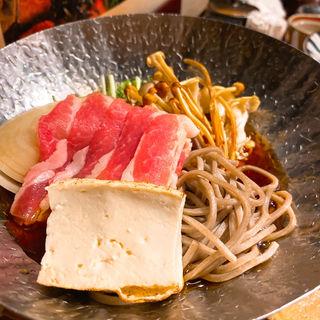 豚肉と秋木のことそばのすき焼き風小鍋仕立て(いかの墨 新宿南口店)