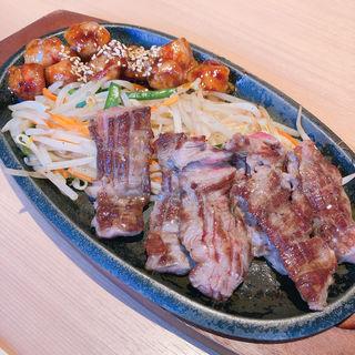 神戸牛カルビ&丸腸定食(鉄板焼 博多 天神ホルモン 神戸umieモザイクハーバーランド店)