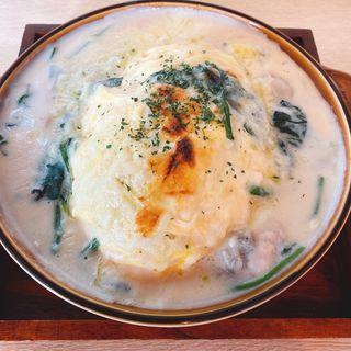 牡蠣とほうれん草のクリームオムライスのチーズオーブン焼