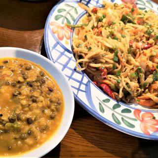 野菜と卵のスリランカ風焼きそばと豆カレーのセット(ラサ ボジュン (Rasa Bojun))