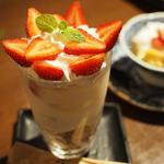 イチゴたっぷり杏仁豆冨パフェ