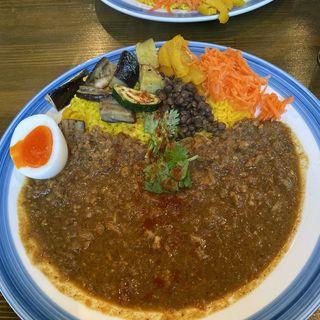 キーマカレー(添え野菜、自家製ピクルス、半熟卵)(アズカレー)