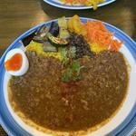 キーマカレー(添え野菜、自家製ピクルス、半熟卵)