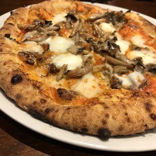 ニンニク、アンチョビ、飛騨高山産モッツァレラ、色々キノコのトマトソース(ピッツェリア・エ・バール・レガーメ (Pizzeria e bar LEGAME))
