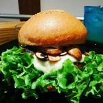 ハンバーガー(全粒粉バンズ+ビーフパティ+マッシュルーム+玉ねぎ+グリーンリーフ+モッツァレラチーズ+トリュフフレーバーソース)