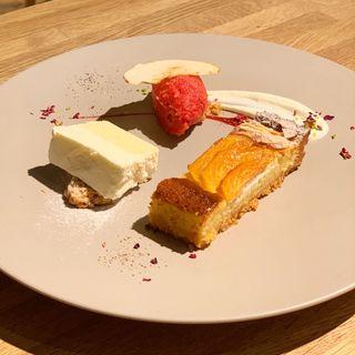 レアチーズケーキと季節のタルト(CAKE STAND)