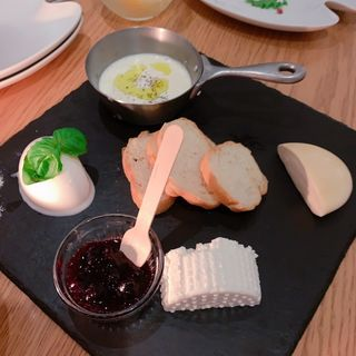 ナブッコ・フレッシュチーズプレート[自家製チーズの盛り合わせ](Cucina del NABUCCO (クッチーナ デル ナブッコ))