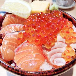 トロサーモン丼 いくらのせ(サーモン丼専門店 熊だ)