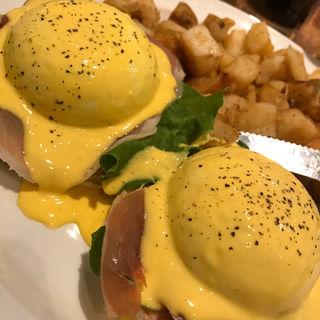 ポーチドエッグ スモークサーモンとアボカド(Eggs 'n Things 原宿店)