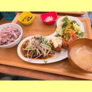 広島県産牡蠣フライとオメガ爽健豚のソテー きのこ醤油ソース(chawan エキュ-ト立川)