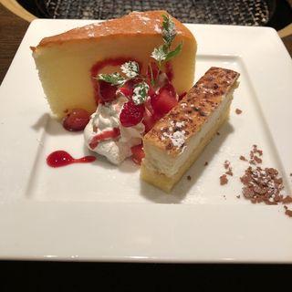 スフレチーズケーキとブリュレチーズケーキ たっぷりベリーソース(ワンカルビ Plus+ 伊丹南野店 (ワンカルビプラス))
