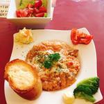 牛すじトマト煮込みリゾット、トッピング(ミニサラダ、とろけるチーズ、バケット)